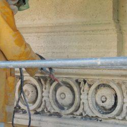 Intervento di pulitura degli elementi decorativi in travertino