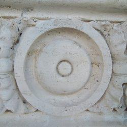 Dettaglio dell'elemento decorativo in travertino_post operam.J