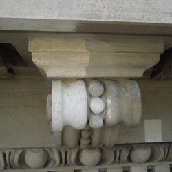 Tasselli stratigrafici sul cornicione in stucco