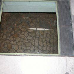 Inserimento nel pavimento della chiesa di piani in vetro per consentire la visione del piano archeologico