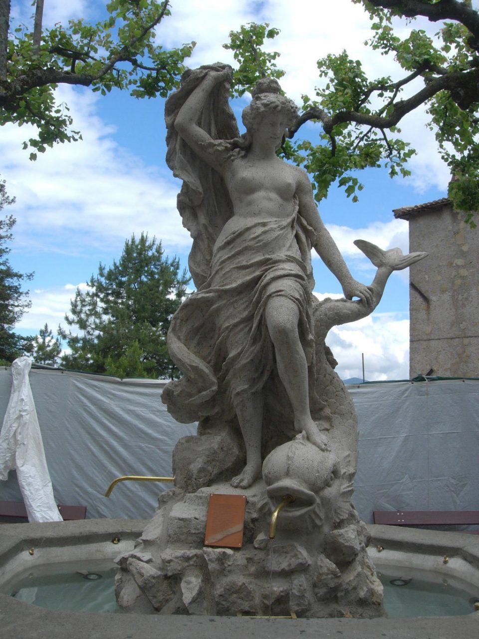 Veduta frontale della scultura centrale_postoperam