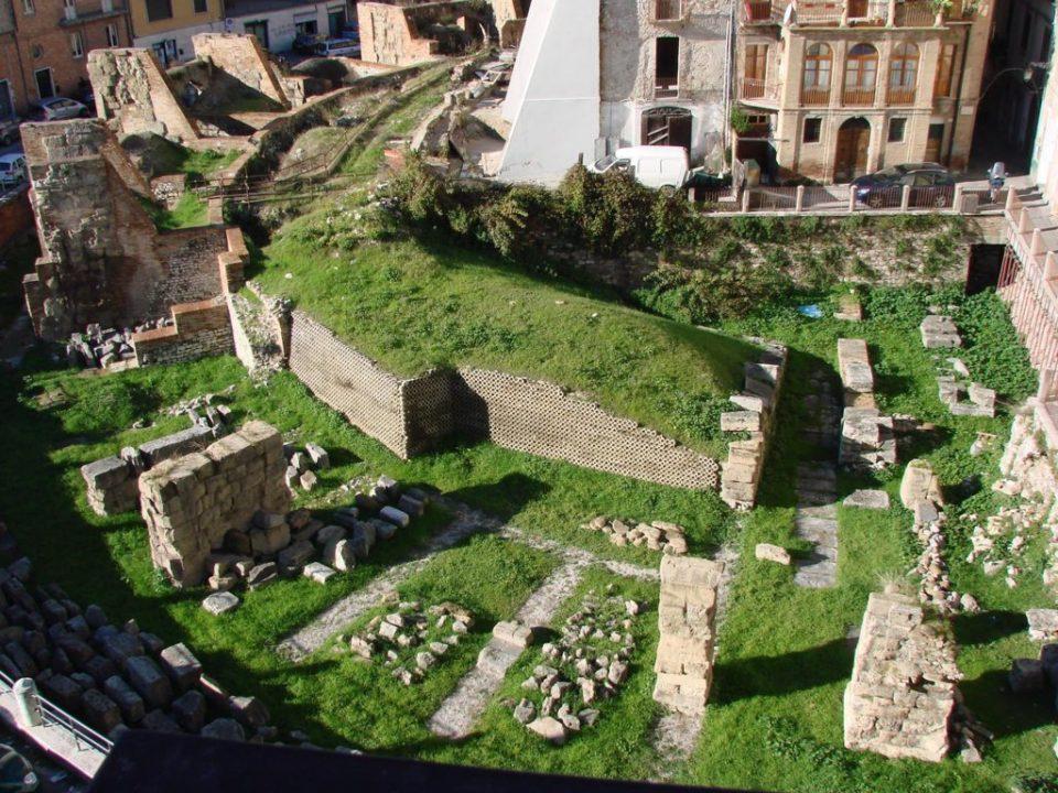 Vista generale dall'alto dei resti del teatro