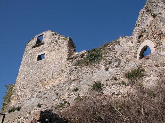 Veduta generale dei resti del castello dalla cordonata