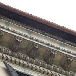 Dettaglio delle stuccature sul cornicione durante le lavorazioni